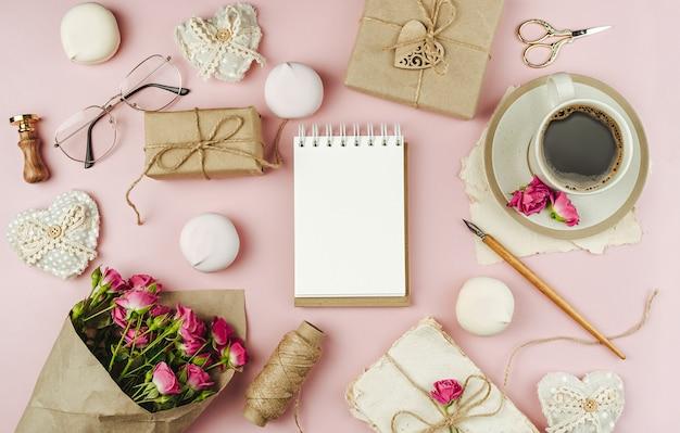 Tazza di caffè e bouquet di fiori primaverili