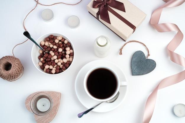 Una tazza di caffè e palline di cereali