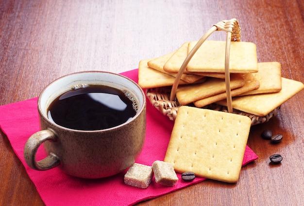 Tazza di caffè e cracker al formaggio sul tavolo