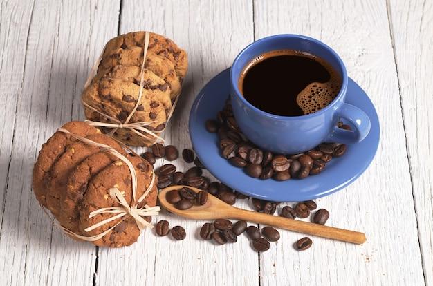 Tazza di caffè e biscotti al cioccolato sul tavolo