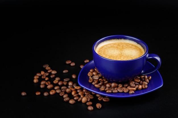 Tazza di caffè e chicchi di caffè su un piatto isolato
