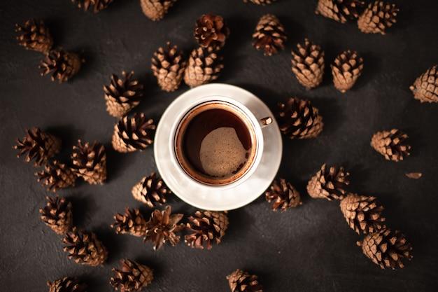 Una tazza di caffè, tanti coni in giro. vista dall'alto con posto per il testo