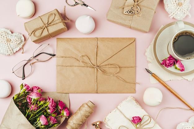 Tazza di caffè, lettera d'amore e bouquet di fiori primaverili
