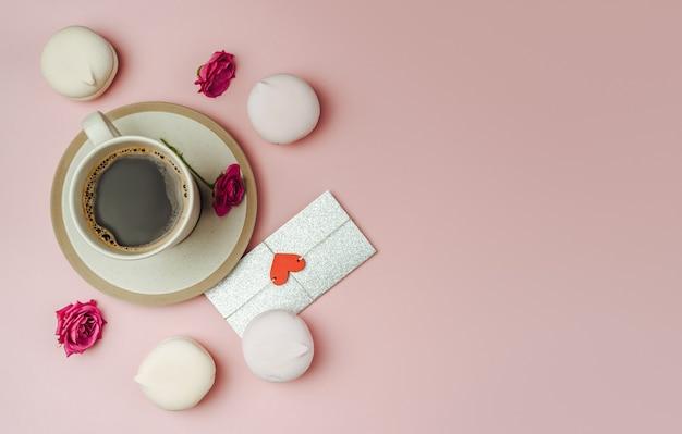 Tazza di caffè e lettera d'amore su carta rosa di tendenza