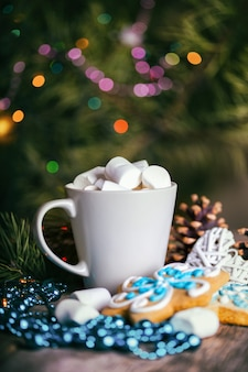 Tazza di caffè e marshmallow. panpepato e addobbi natalizi