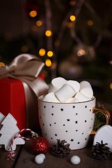 Tazza di caffè e marshmallow. regali e addobbi natalizi