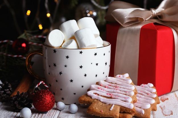 Tazza di caffè e marshmallow. regali, panpepato e addobbi natalizi