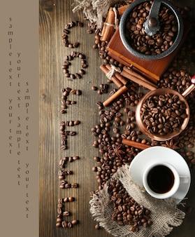 Tazza di caffè, pentola e smerigliatrice su una superficie di legno