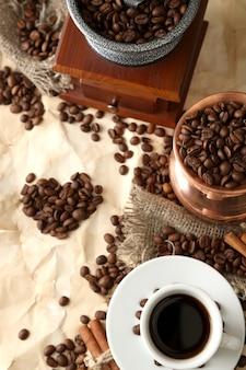 Tazza di caffè, pentola e macinino