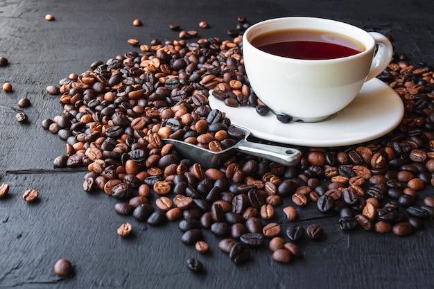 Tazza di caffè e chicchi di caffè tostato