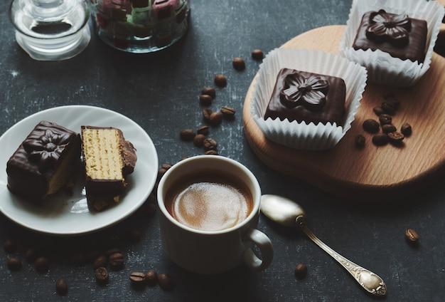 Tazza di caffè e piccole torte waffle, stilizzazione vintage