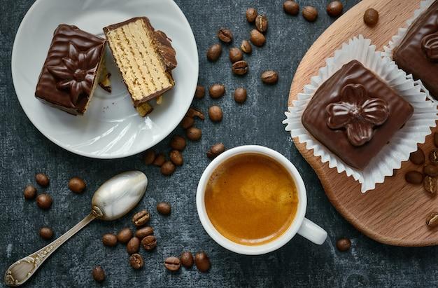 Tazza di caffè e dolci cialde al cioccolato, dessert Foto Premium