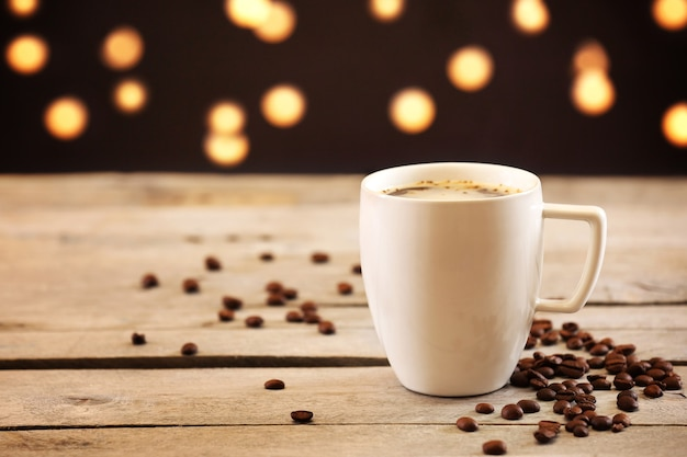 Tazza di caffè sul tavolo su superficie marrone