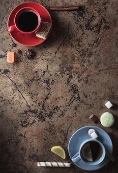 Tazza di caffè e tè sullo sfondo del tavolo