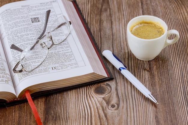 Tazza di caffè durante la lettura di mattina sulla sacra bibbia cristiana