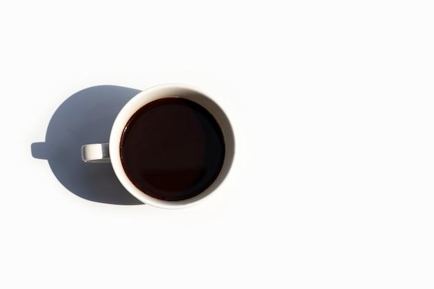 Tazza di caffè su sfondo bianco. vista dall'alto