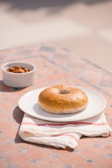 Tazza di caffè con pane sul tavolo al mattino con la luce del sole, colazione