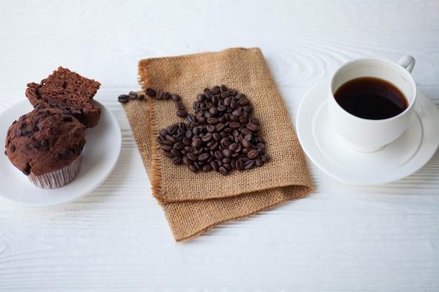 Tazza di caffè con muffin al cioccolato