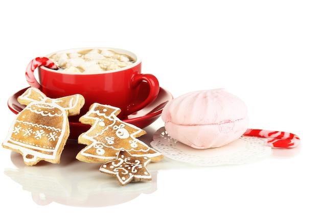 Tazza di caffè con dolcezza natalizia isolata su bianco