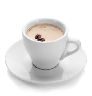 Tazza di caffè con chicchi di caffè, su bianco