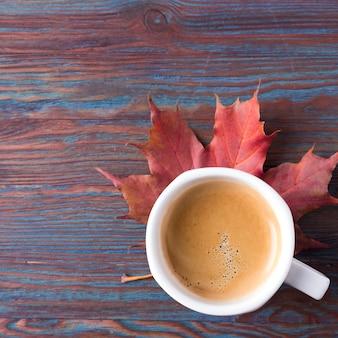 Una tazza di caffè con foglie cadute. copyspace