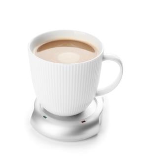 Tazza di caffè con riscaldatore su bianco