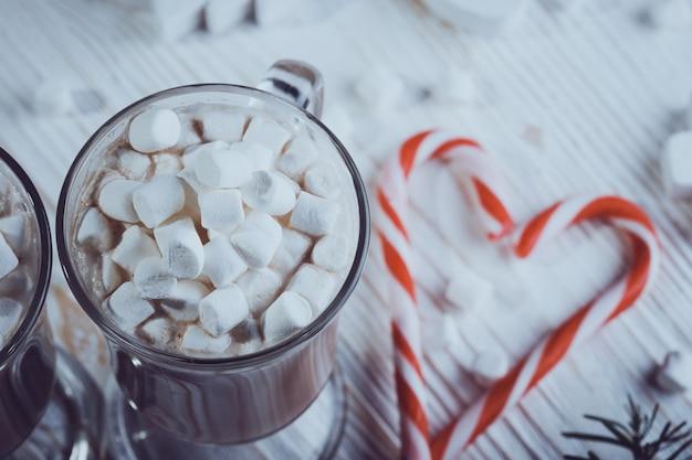 Tazza di caffè con marshmallow e bastoncino di zucchero