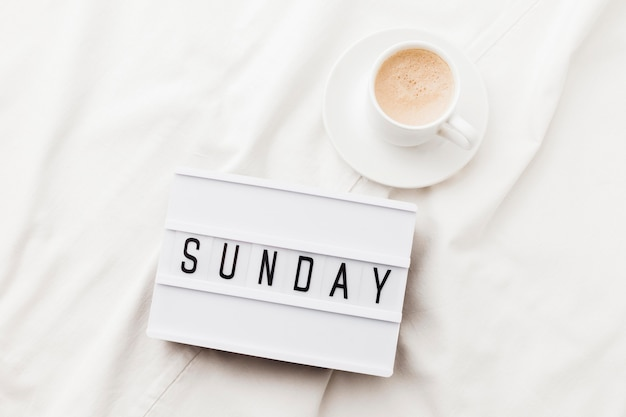 Tazza di caffè con messaggio di domenica