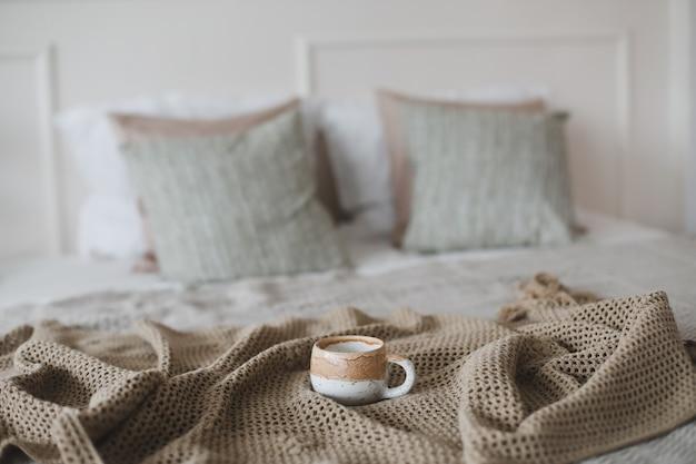 Tazza di caffè con plaid caldo colazione a letto