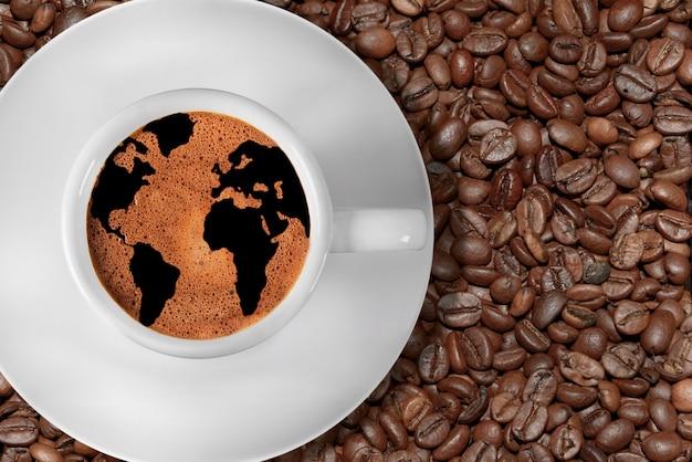 Tazza di caffè con mappa del mondo nella schiuma