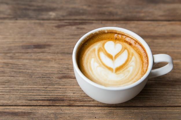 Tazza di caffè sul tavolo di legno blackground