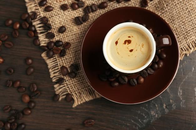 Tazza di caffè su uno spazio di legno