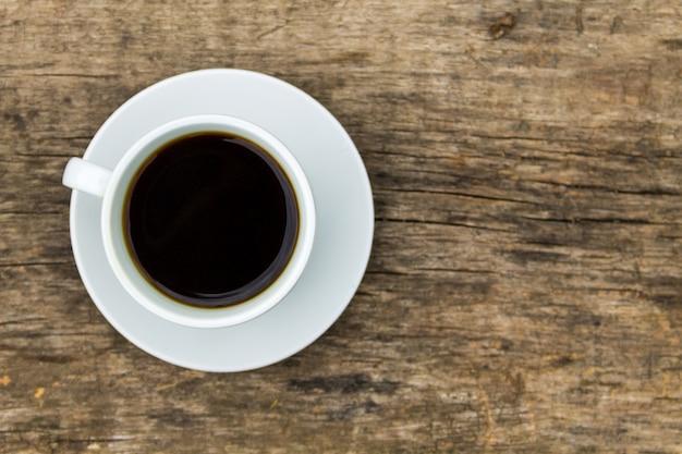 Tazza di caffè sulla tavola di legno. vista dall'alto