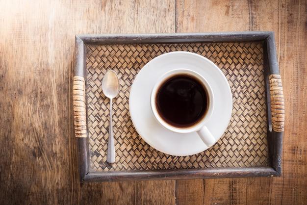 Tazza di caffè su un tavolo di legno