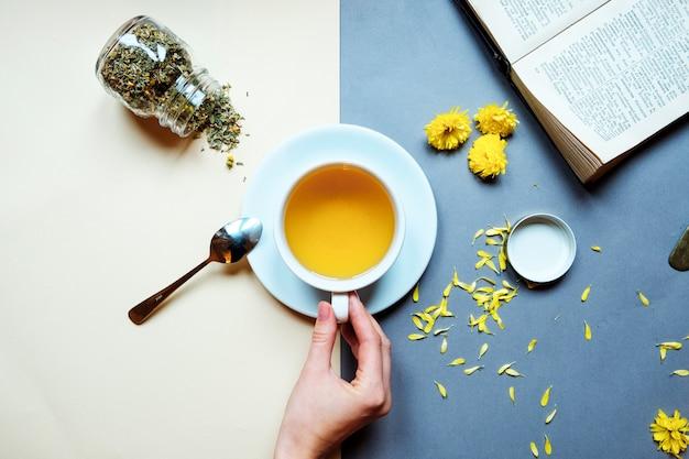 Tazza e teiera in vetro con tè caldo piccante alla frutta