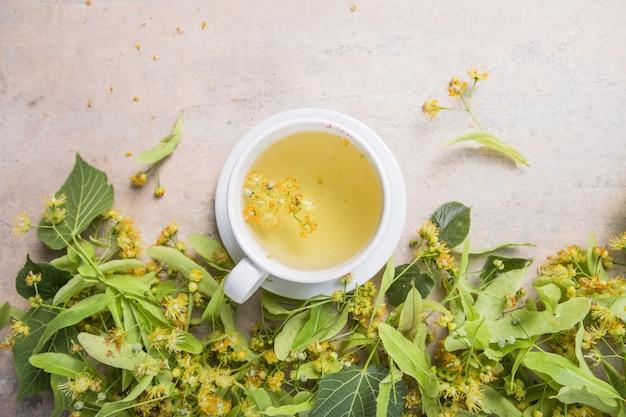 Tazza di tè a base di erbe di tiglio con fiori di tiglio