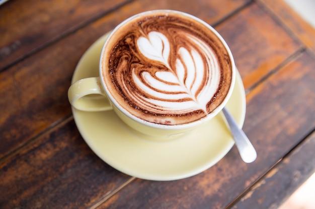 Tazza di cappuccino caldo sul tavolo di legno