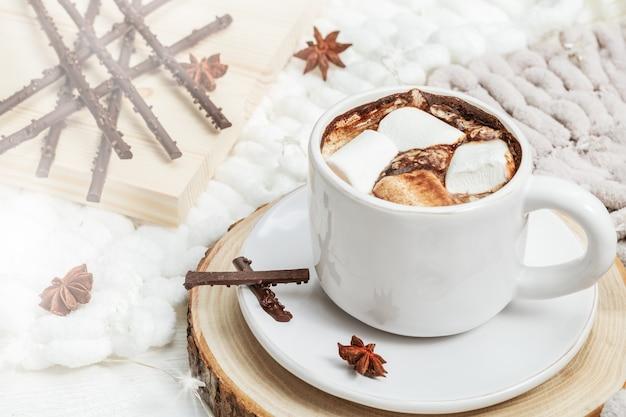 Tazza di cioccolata calda con marshmallow e caramelle alla luce del sole. bevanda dolce. copia spazio.