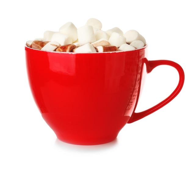 Tazza di cioccolata calda con marshmallow su bianco