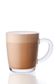 Tazza di bevanda calda al cioccolato in vetro trasparente isolato su superficie bianca