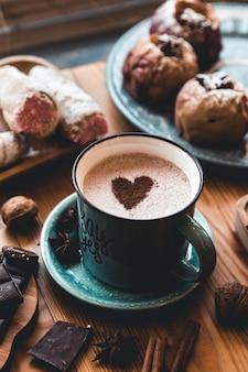 Una tazza di cioccolata calda sul tavolo. dessert e dolci. vacanze e romanticismo. buon san valentino