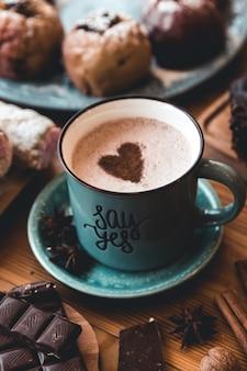 Una tazza di cioccolata calda sul tavolo. dessert e dolci.