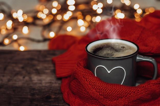 Una tazza di caffè caldo. foto accogliente