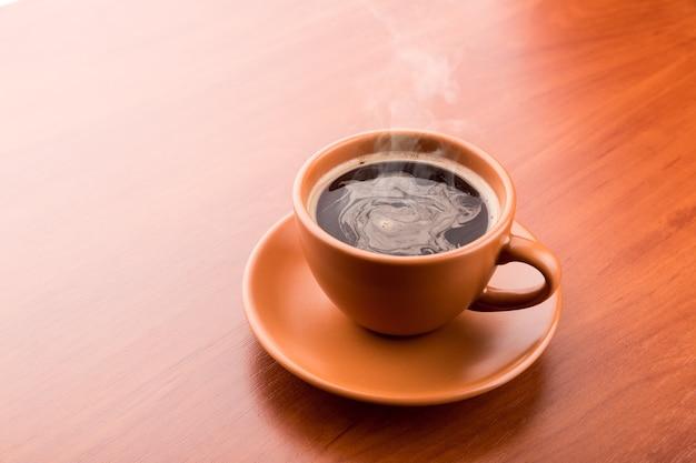 Tazza di caffè caldo sul tavolo