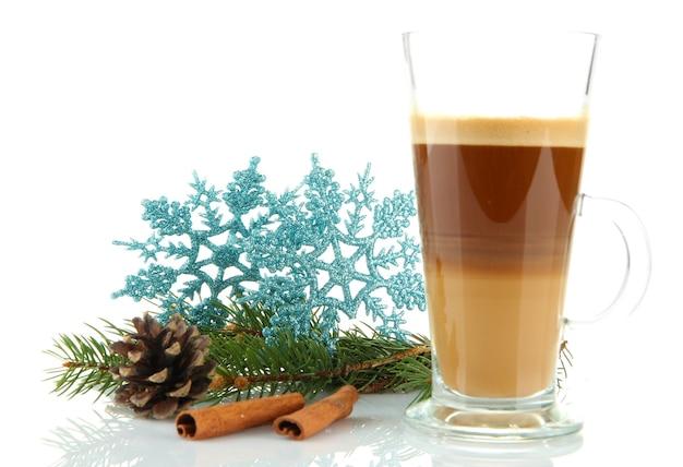Tazza di caffè caldo con decorazioni natalizie isolato su bianco