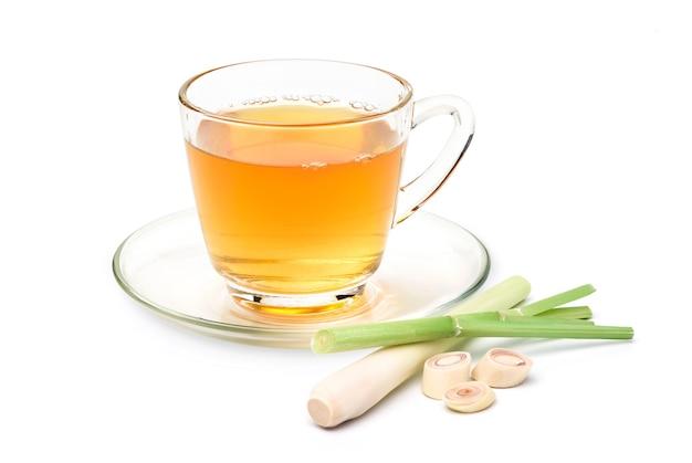 Tazza di tè caldo alla citronella isolato su bianco