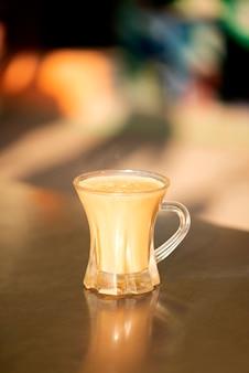 Una tazza di tè al latte caldo, il tè al latte (chai normale) è molto popolare in pakistan