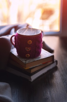 Tazza di tè caldo e libri