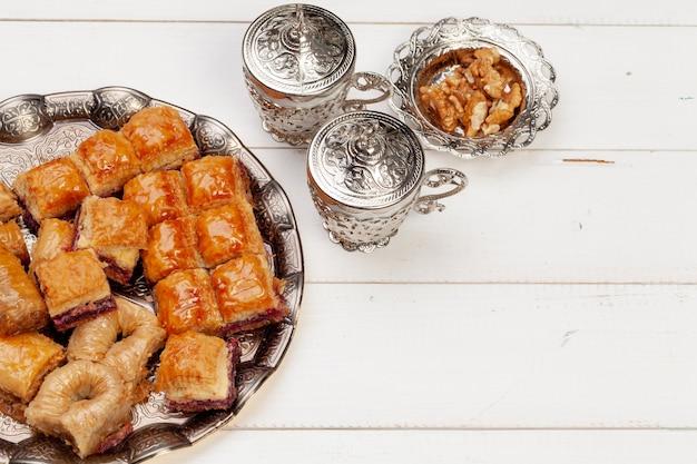 Tazza di tè caldo e un piatto di dolci turchi