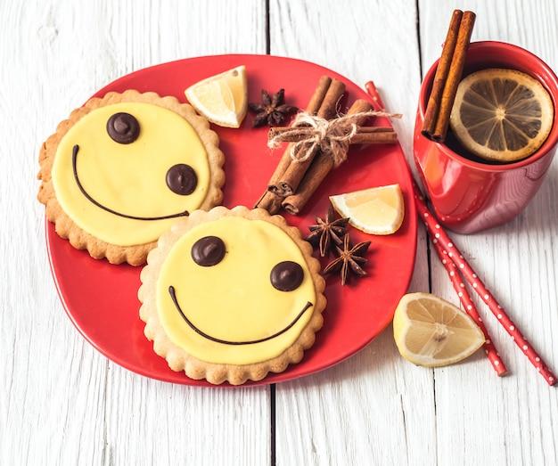 Tazza di tè caldo con limone e biscotti